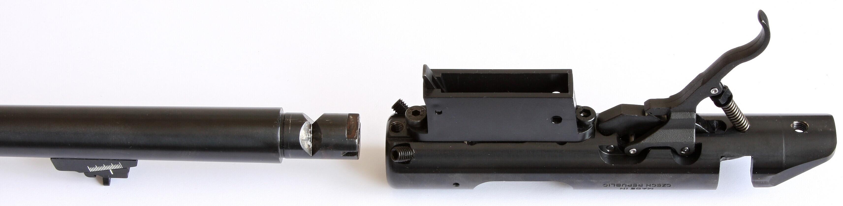 Zadní část hlavně je upravena pro rychlou výměnu a snadnou montáž  do pouzdra závěru. Dobře jsou vidět zářezy ve tvaru v pod nábojovou  komorou a šrouby v čele pouzdra závěru.