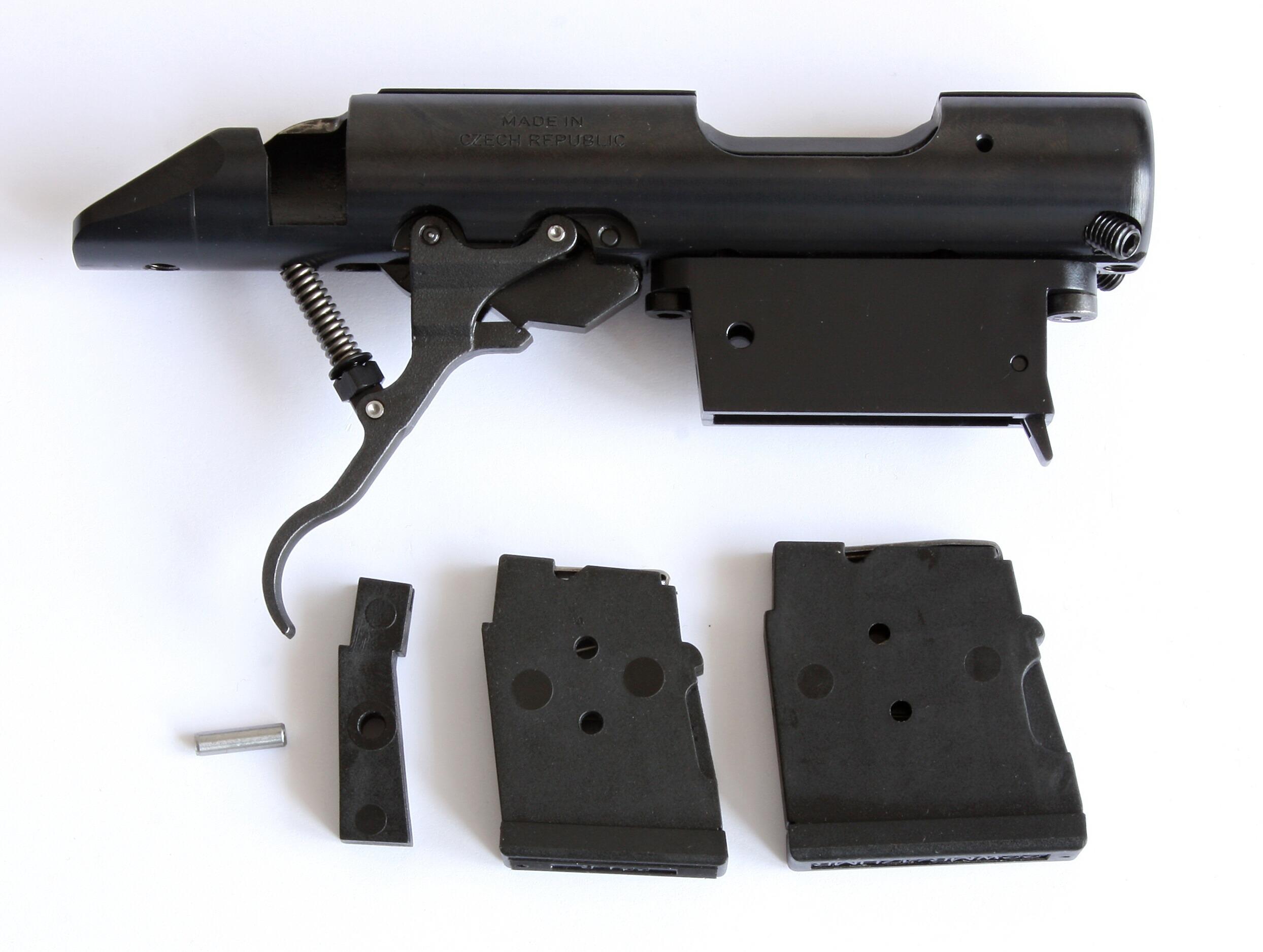 Pouzdro závěru se zásobníky ráže 22 LR, 22 WMR/17 HMR a  vymezovacím segmentem se zajišťovacím čepem