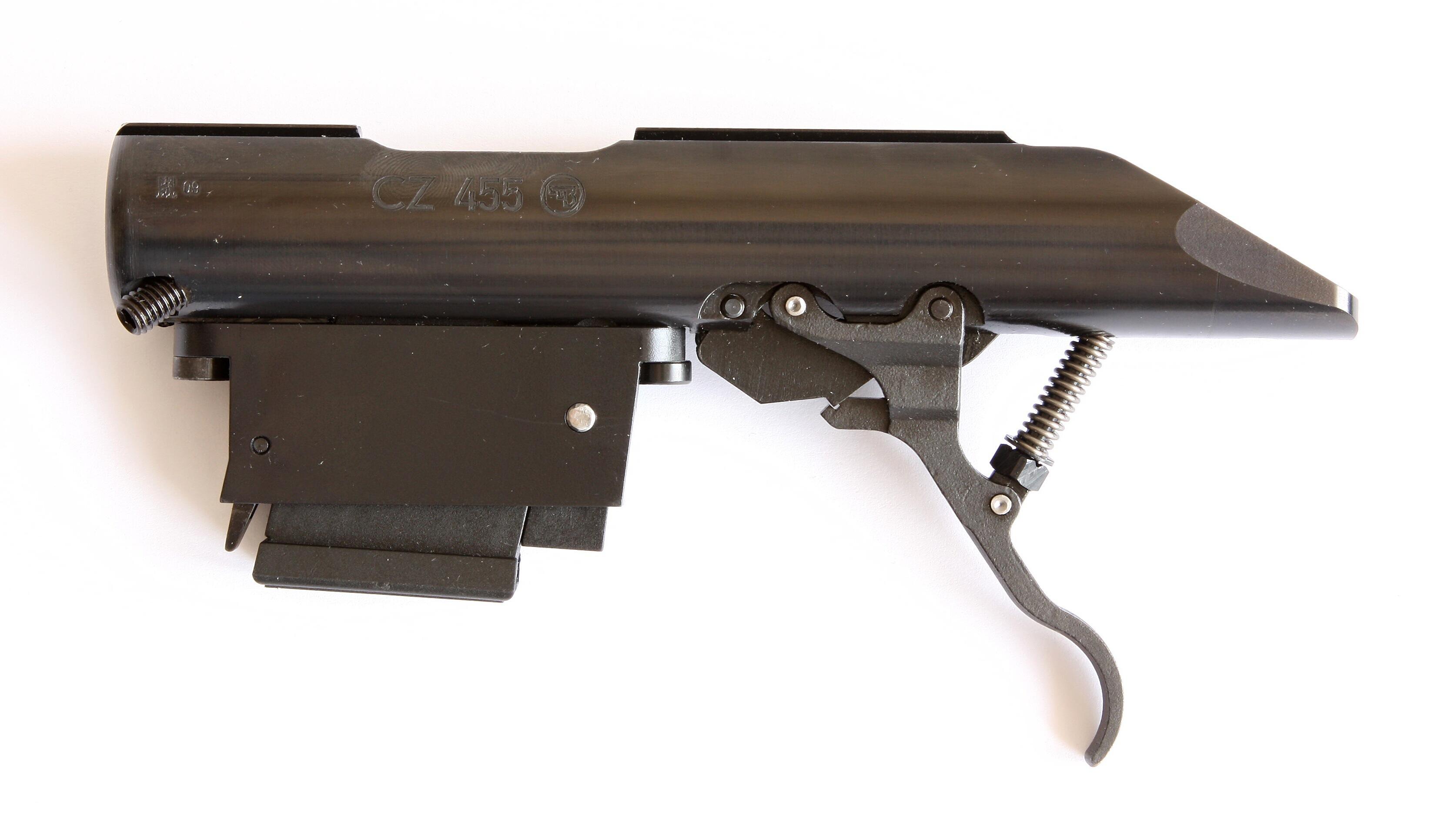 Pouzdro závěru se zásobníkem ráže 22 LR a vymezovacím segmentem  vsazeným v zásobníkové šachtě.